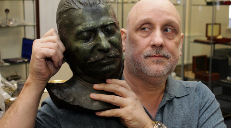 Daniel Daley with the Stalin death mask