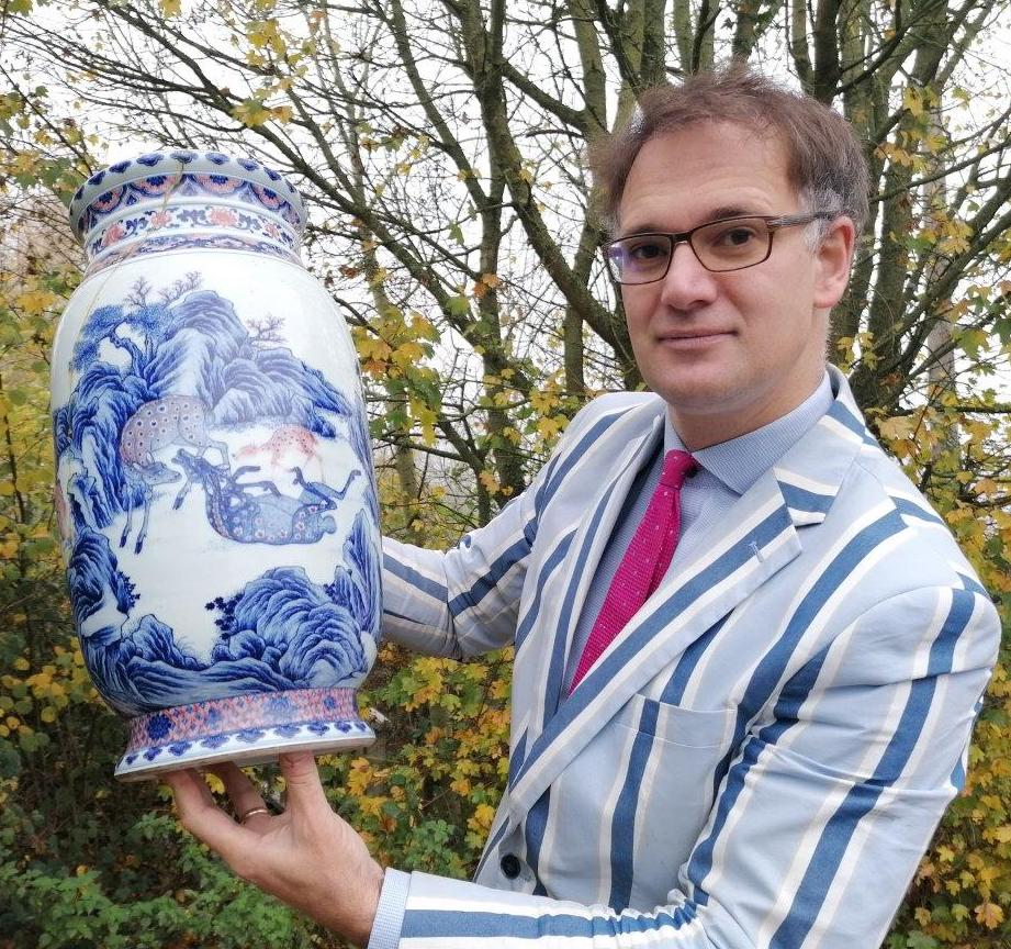 Auctioneer Charles Hanson with the cracked Chinese vase